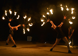 Fire in the Sky – Feuershow mit Akrobatik